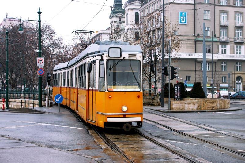 老黄色电车在布达佩斯 图库摄影