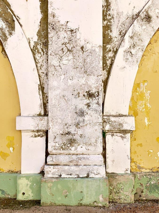 老黄色白色和绿色被绘的修造的外部 免版税库存照片