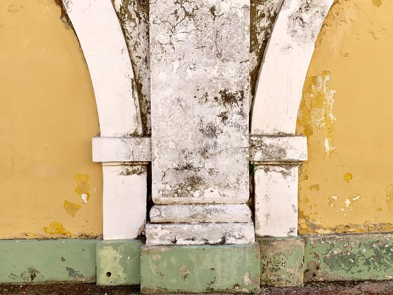 老黄色白色和绿色被绘的修造的外部 免版税库存图片