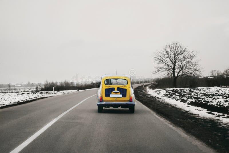 老黄色菲亚特在SFRJ做的路的Zastava 705 免版税图库摄影