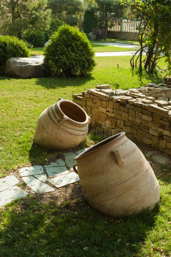 老黏土水罐是公园和喷泉的装饰的装饰元素 免版税图库摄影