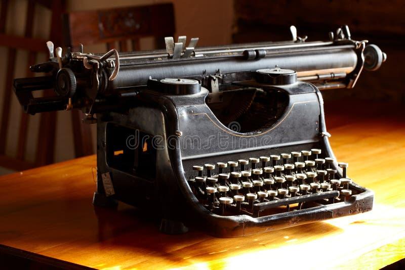 老黑色葡萄酒打字机 库存图片