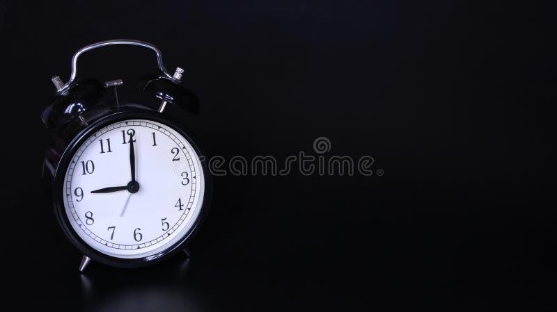 老黑葡萄酒闹钟的接近的图象 九个o `时钟 免版税库存照片