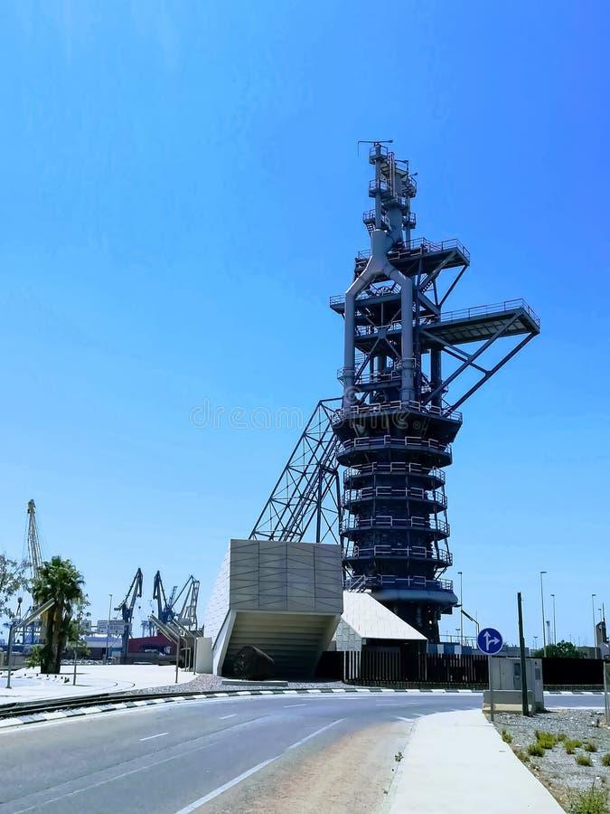 老鼓风炉的看法被暴露在萨贡托港的环形交通枢纽  免版税库存照片