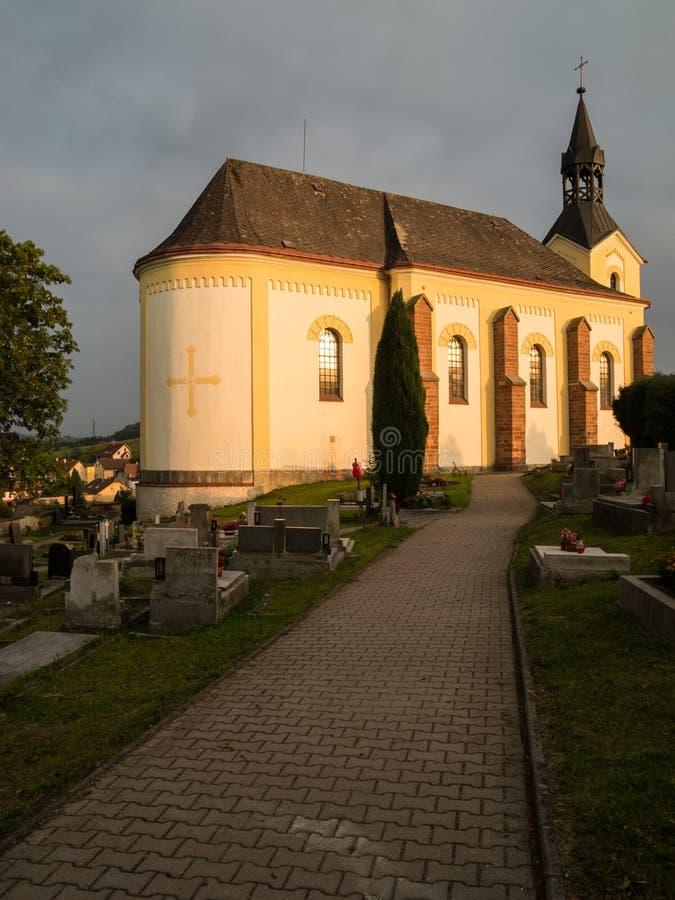 老,历史的教会和坟园在捷克的一个小镇 库存图片