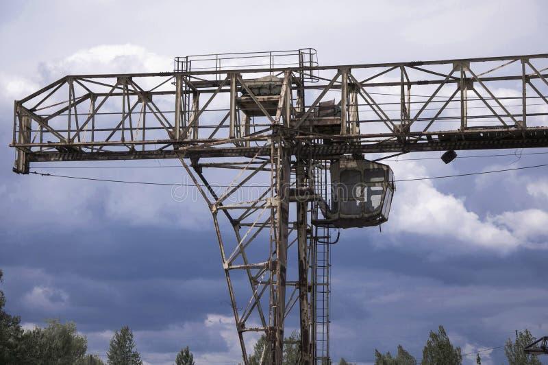老,残破的桥式起重机 库存照片