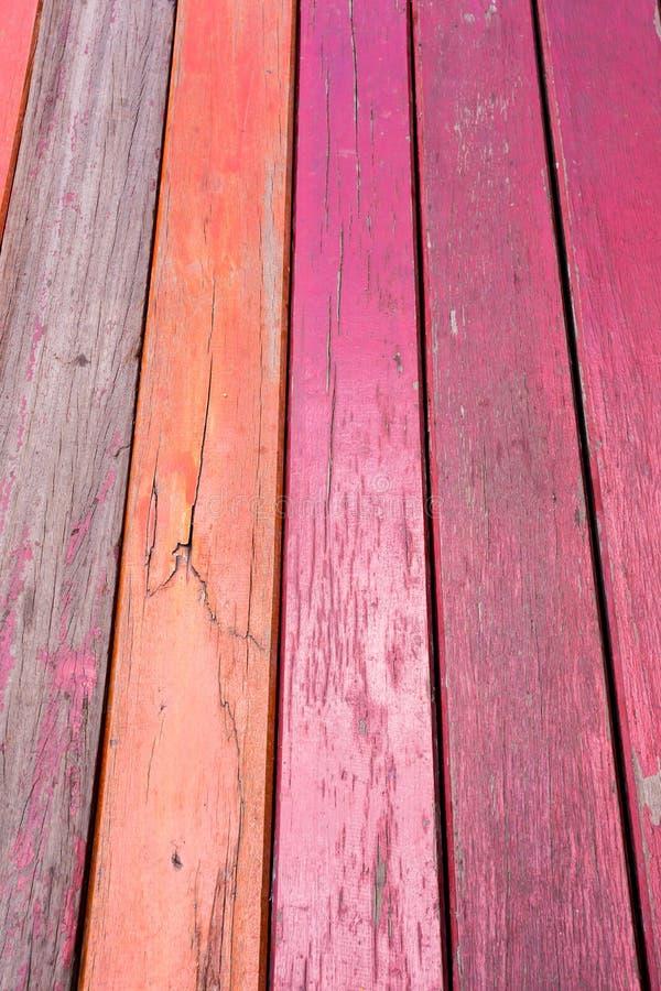 老,红色在一个土气谷仓的难看的东西木垂直的盘区 免版税图库摄影