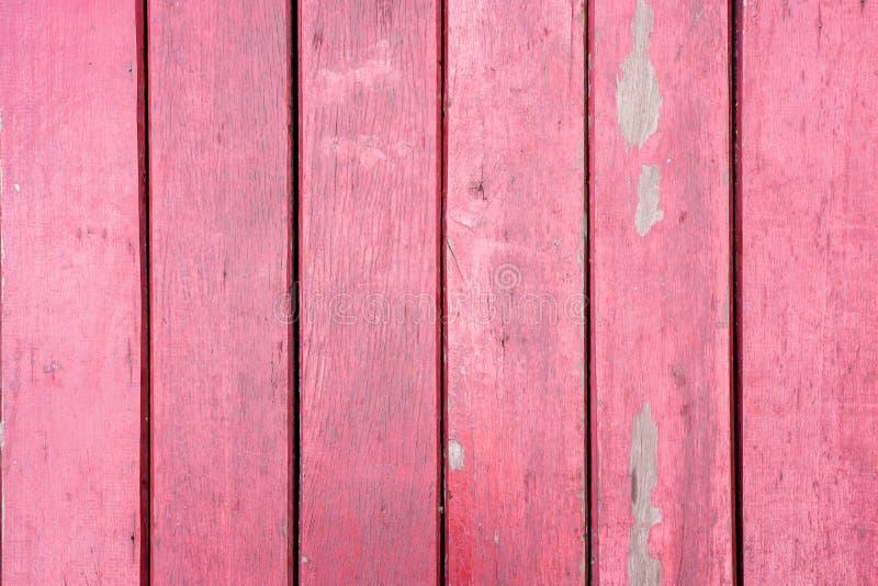 老,红色在一个土气谷仓的难看的东西木垂直的盘区 免版税库存图片