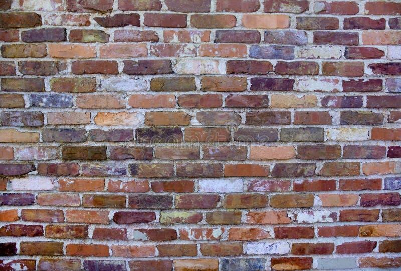 老,被风化的砖墙 免版税库存图片