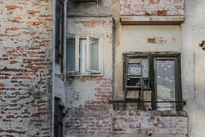 老,被贬低的大厦在中心地区 免版税库存照片
