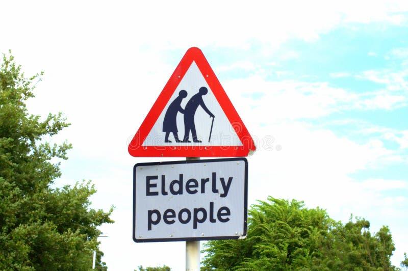 老年人横渡的标志 免版税库存图片