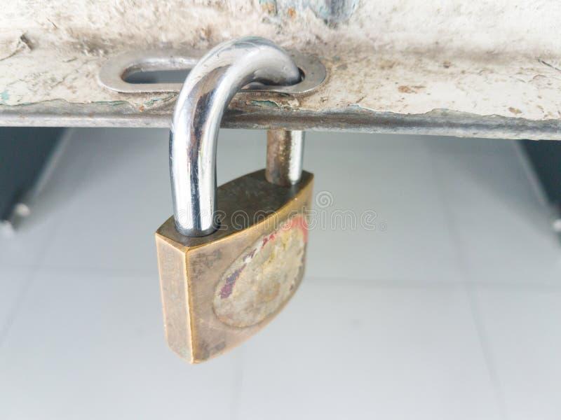 老主人钥匙被挂锁的门 免版税库存照片
