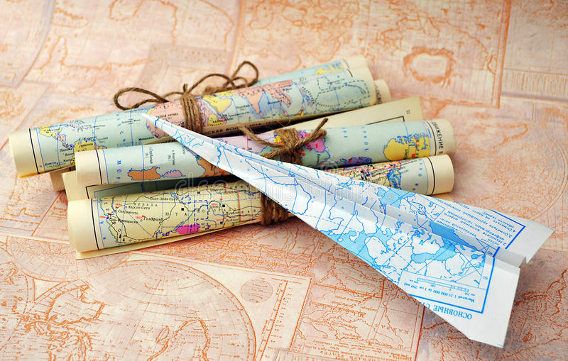 老滚动的地图和纸飞机 免版税图库摄影