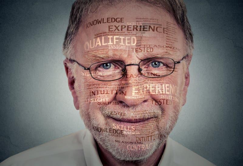 老练的资深专家 一个年长人的特写 免版税库存图片