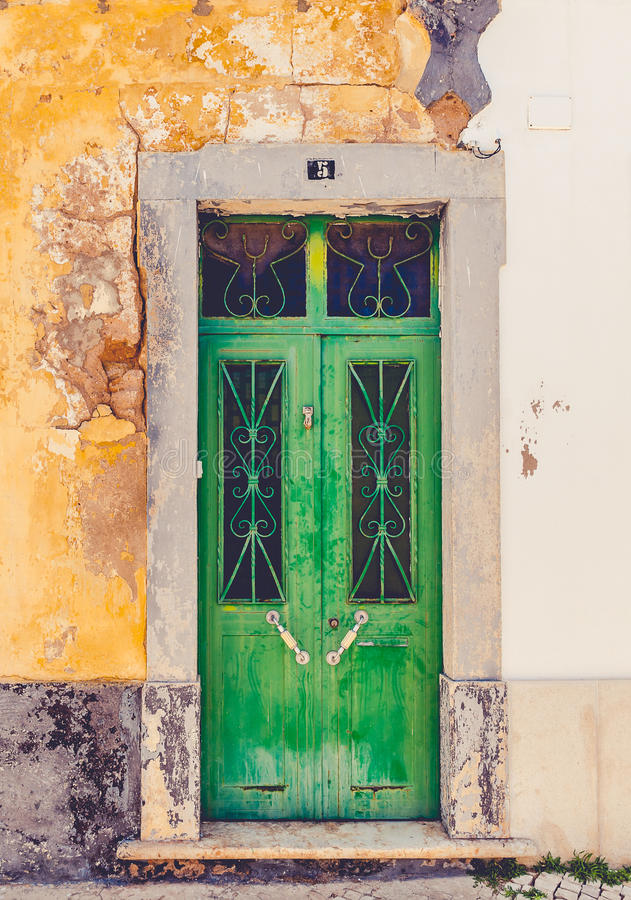 老绿色木门 库存图片