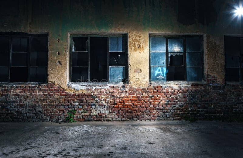 老破裂或脏的墙壁和窗口 图库摄影