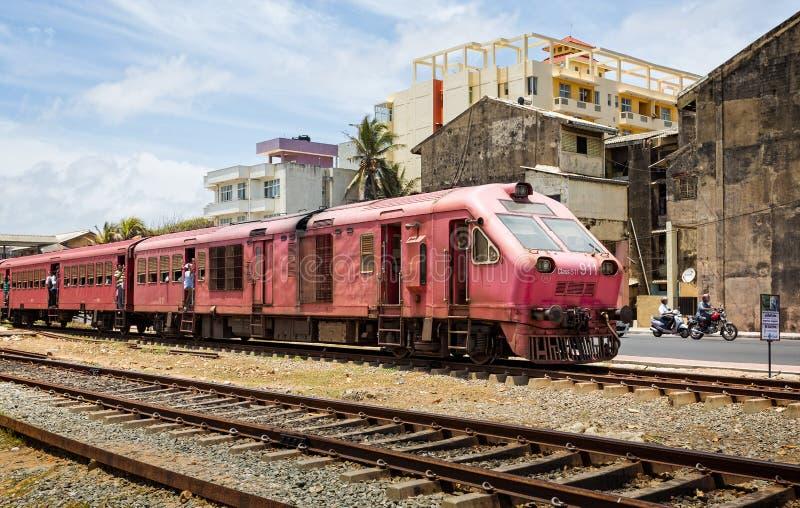 老&过度拥挤的通勤者柴油火车在科伦坡市中心斯里兰卡 库存照片