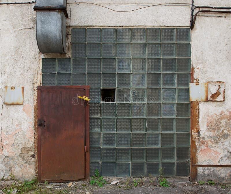 老年迈的修造的片段,被毁坏的房子 片段老倒闭工厂 与选择聚焦的老被放弃的门 被破坏的 免版税库存照片
