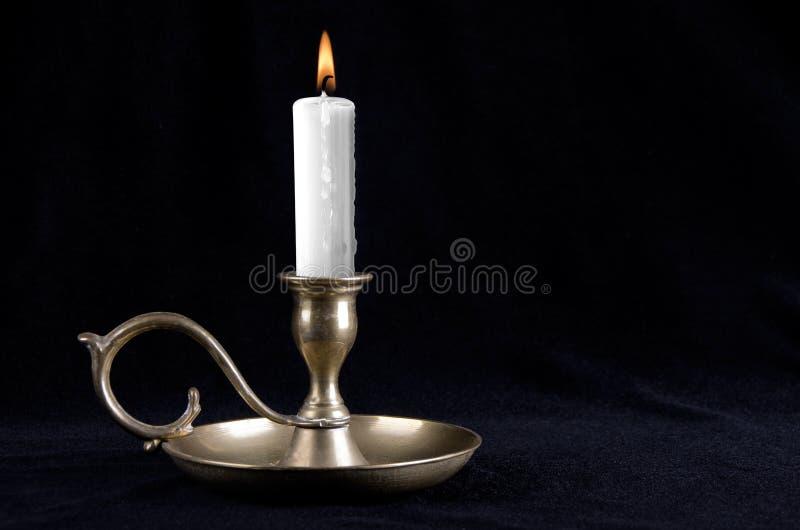 老黄铜烛台 免版税库存照片