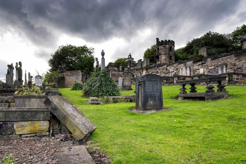 老Calton坟场在风雨如磐的天空下在爱丁堡,苏格兰 免版税图库摄影