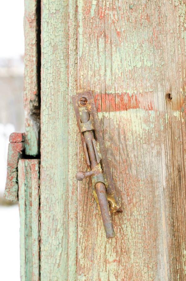 老deadbolt或门闩在一个木门 免版税库存照片
