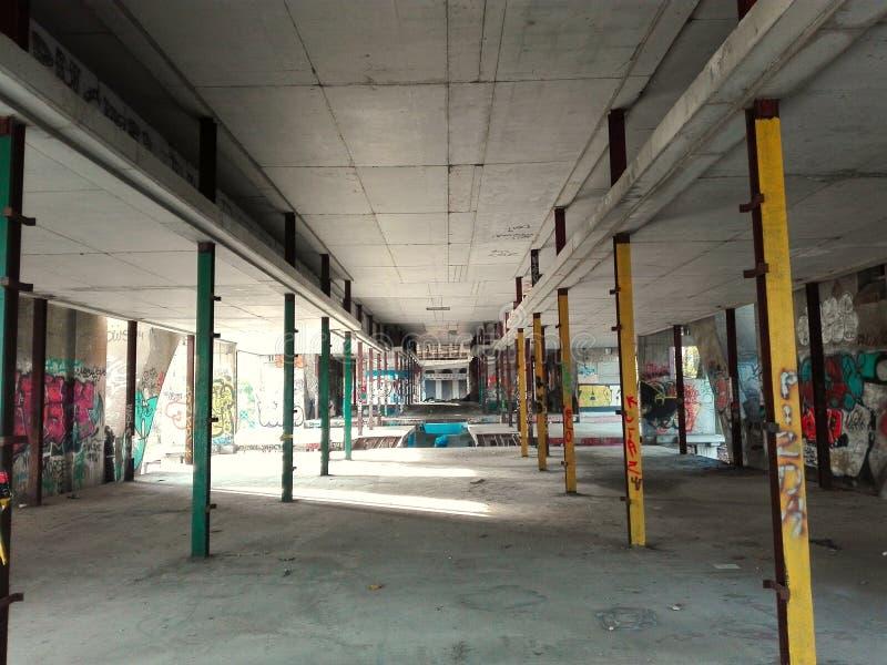 老skatepark废墟 街道画和踩滑板 免版税库存照片