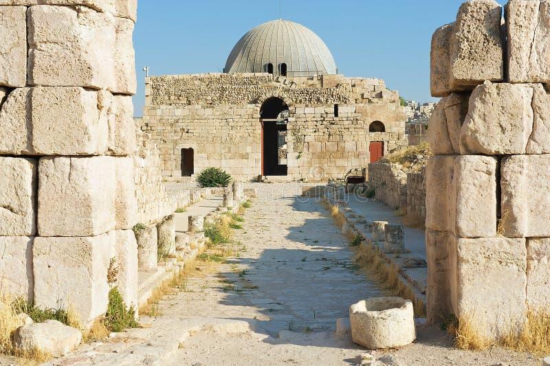 老Umayyad宫殿的外部罗马城堡小山的在阿曼,约旦 图库摄影