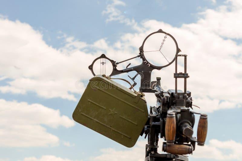 老ww2防空机枪 与大炮目标的特写镜头正面图反对清楚的蓝天 免版税库存图片