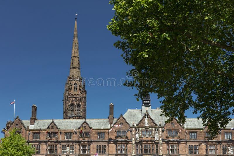 考文垂、沃里克郡、英国、2019年6月27日,考文垂市议会市政厅和圣徒迈克尔斯大教堂尖顶  免版税图库摄影