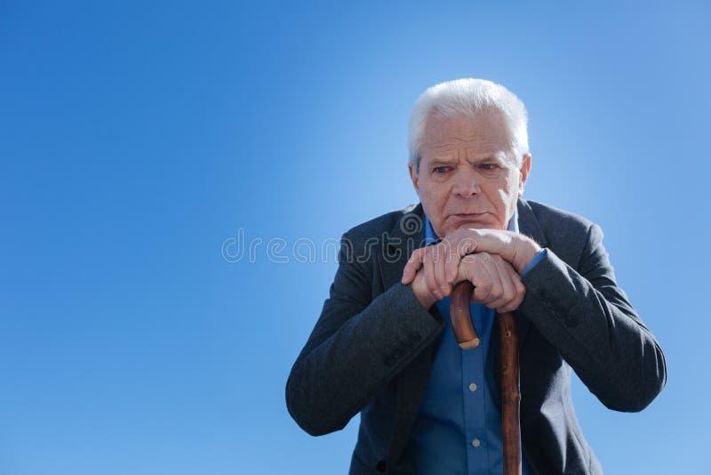 仔细考虑在他的在露天的天的退休的人 免版税库存照片