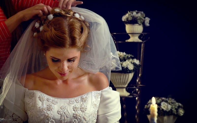 考虑新郎选择的新娘  礼服婚礼妇女 免版税库存照片