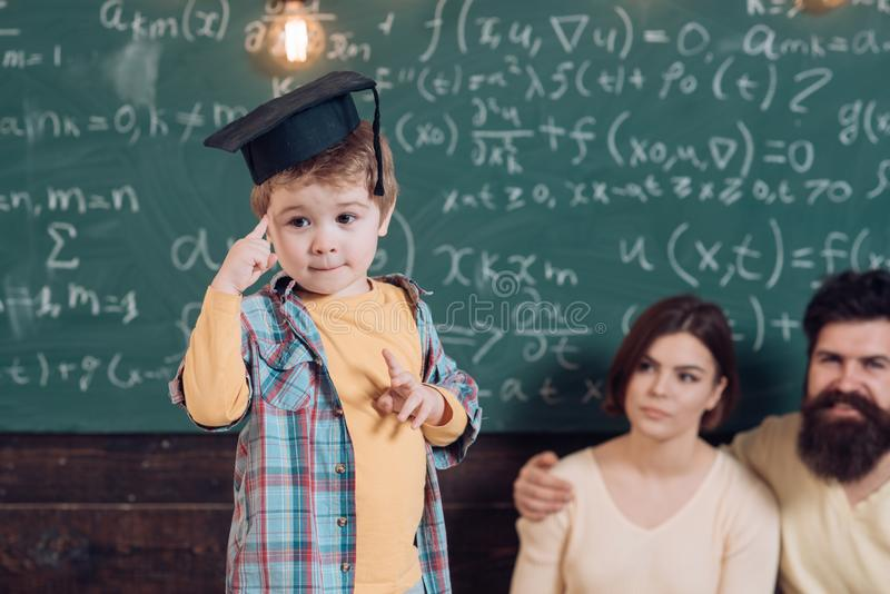 考试和检查 小男孩在考试问题认为 毕业盖帽的孩子准备好考试 集中的 免版税图库摄影