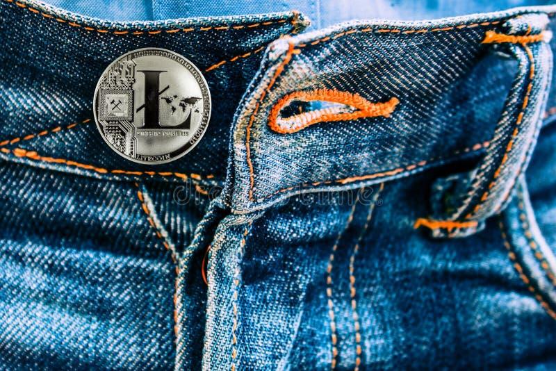 而不是按钮的国际航空测量中心硬币在牛仔裤 免版税库存照片