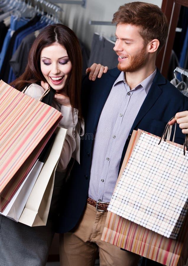 耍笑的夫妇在商店 免版税库存图片