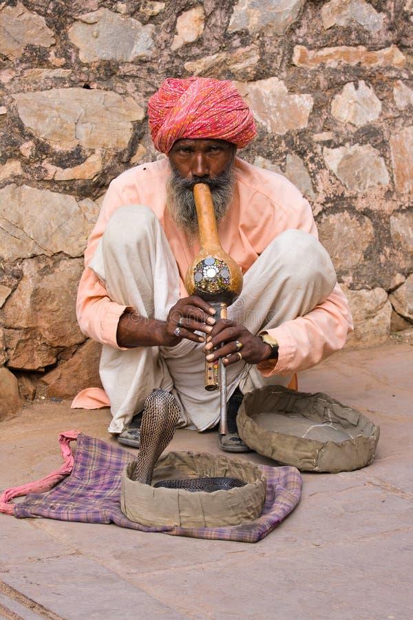 耍蛇者在斋浦尔,印度演奏眼镜蛇的长笛 免版税库存图片
