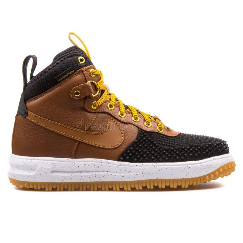 耐克月球力量1 Duckboot黑色和棕色运动鞋 库存照片