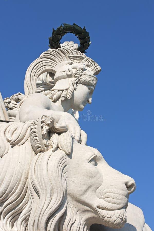 耐克神和狮子雕塑 免版税库存照片