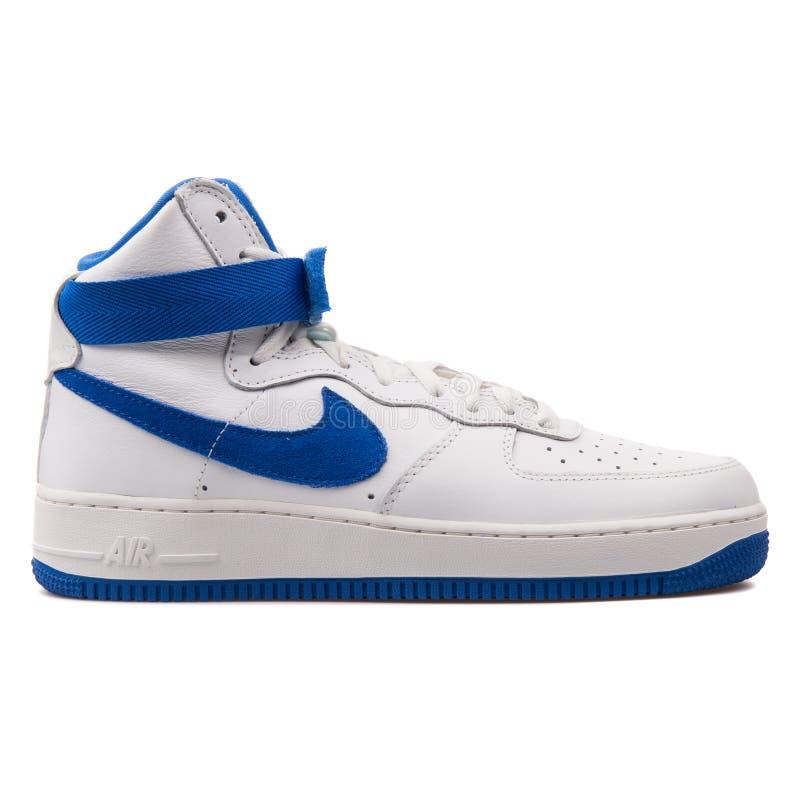 耐克空军队1个高减速火箭的QS白色和蓝色运动鞋 免版税库存图片