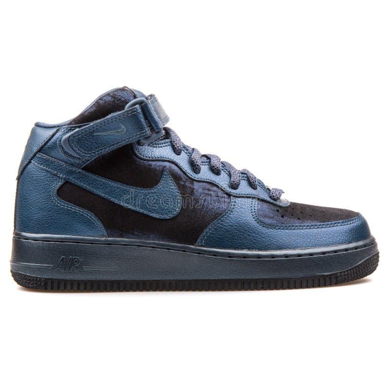 耐克空军队1 07中间优质金属水军蓝色和硬煤运动鞋 免版税库存图片
