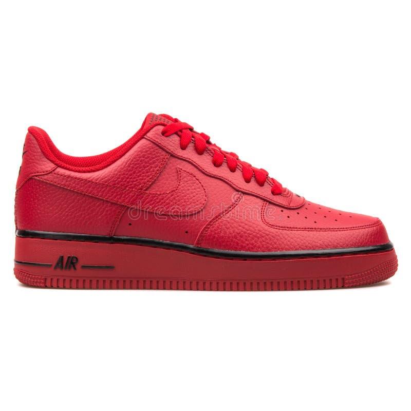 耐克空军队1双红色运动鞋 免版税图库摄影