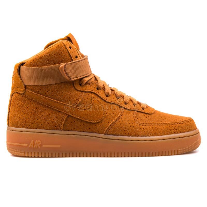 耐克空军队1双高绒面革黄褐色的运动鞋 库存图片