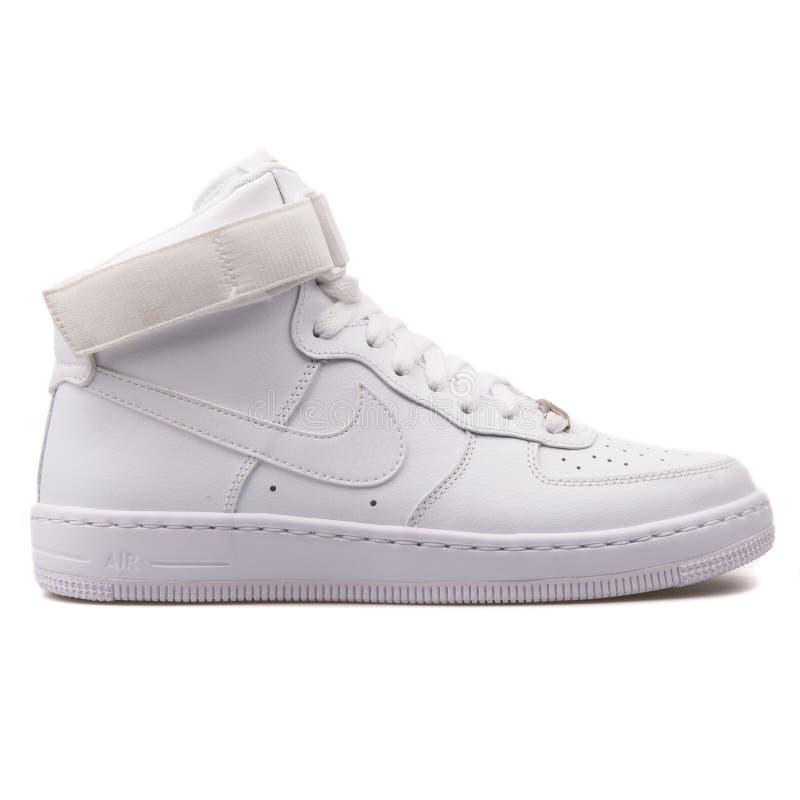 耐克空军队1超强迫中间埃斯白色运动鞋 库存图片