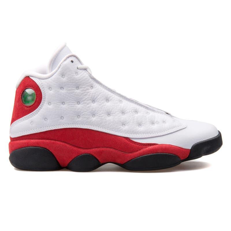 耐克空气约旦13个减速火箭的OG白色,红色和黑运动鞋 免版税图库摄影