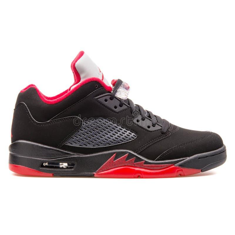 耐克空气约旦5双减速火箭的低黑和红色运动鞋 免版税库存图片