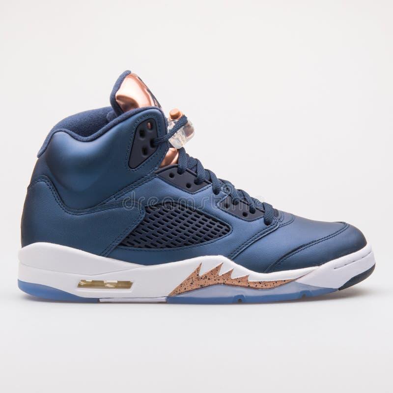耐克空气约旦5双减速火箭的蓝色和古铜色运动鞋 免版税库存照片