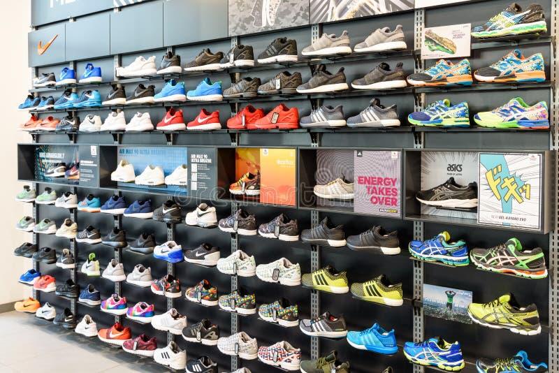 耐克跑鞋在耐克鞋店显示的待售 免版税库存照片