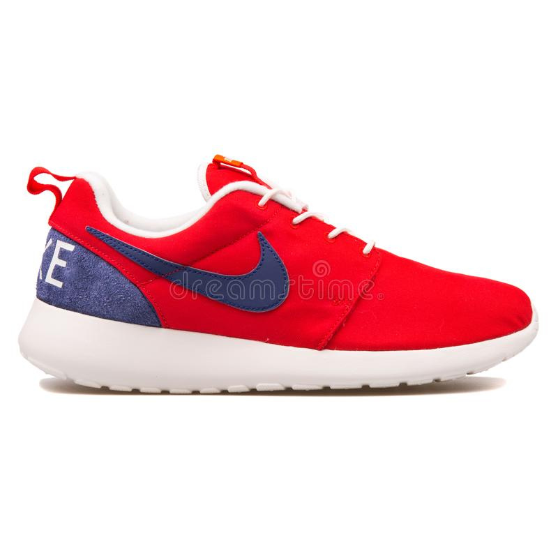 耐克Roshe一双减速火箭的红色和蓝色运动鞋 免版税库存图片