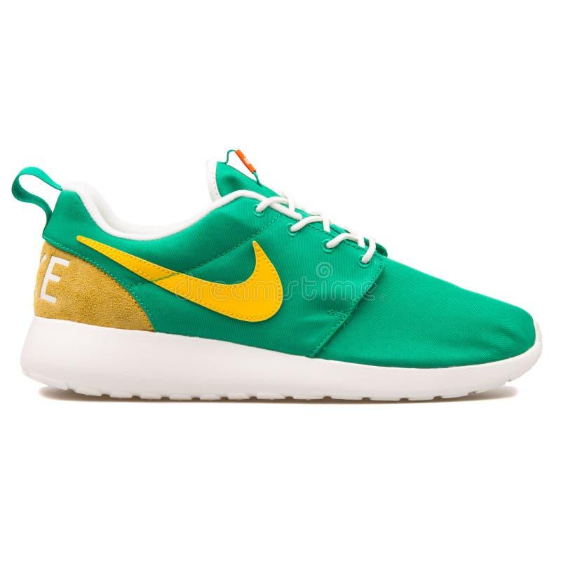 耐克Roshe一双减速火箭的绿色,黄色和白色运动鞋 库存图片