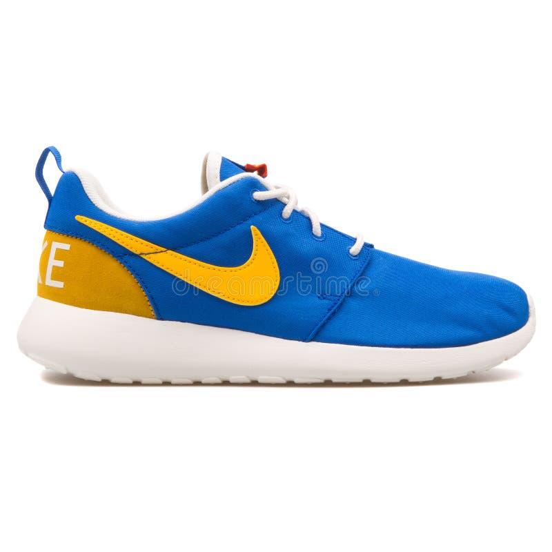 耐克Roshe一双减速火箭的蓝色,黄色和白色运动鞋 免版税库存图片