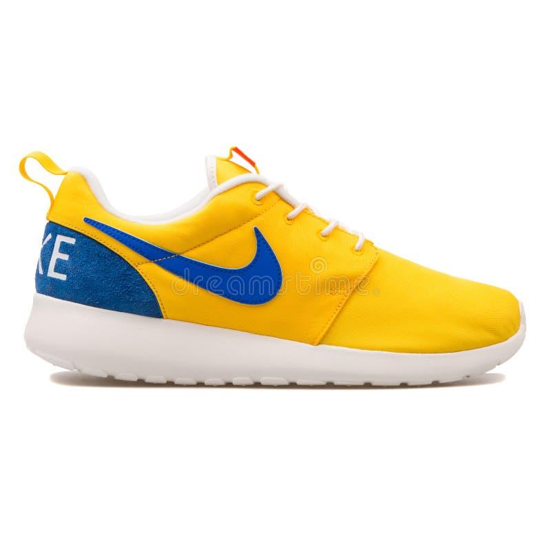 耐克Roshe一双减速火箭的黄色和蓝色运动鞋 库存图片